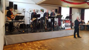 Der zweite Bürgermeister und Bandleader Günther Bernhardt eröffnet den Tanz