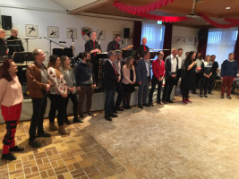 In einer Tanzpause stellen sich die Kandidatinnen und Kandidaten für den Gemeinderat vor