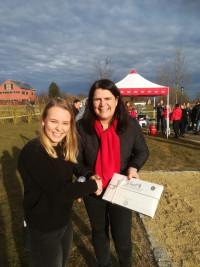 Andrea Mickel gratuliert der Siegerin Heidi Meier