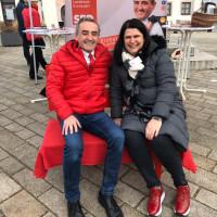 Andrea Mickel und Dr. Bernd Weber auf der roten Bank