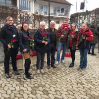 Unsere Kandidatinnen und Kandidaten verschenken Rosen